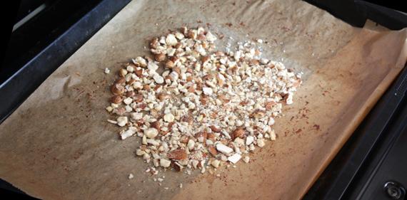 Nüsse für selbstgemachte Schokolade rösten