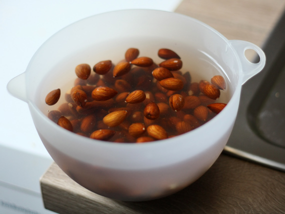 Mandeln für Mandelmilch einweichen