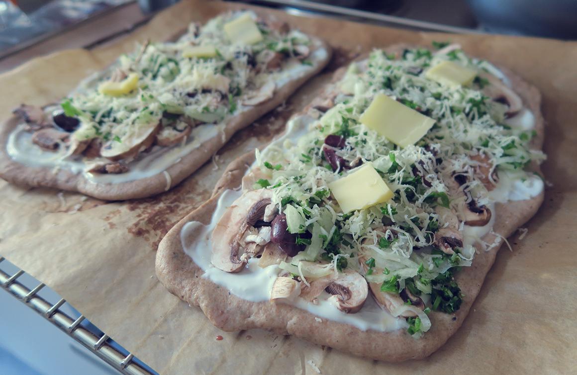 pizzafladen mit roggenmehl champignons spinat oliven mediterran