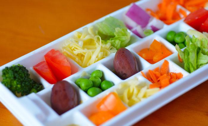 Gesunde Snacks ohne Zucker für Kinder: Gemüse in einem Eiswürfelbehälter anbieten #zuckerfrei #rezept #gesundheit #ernährung