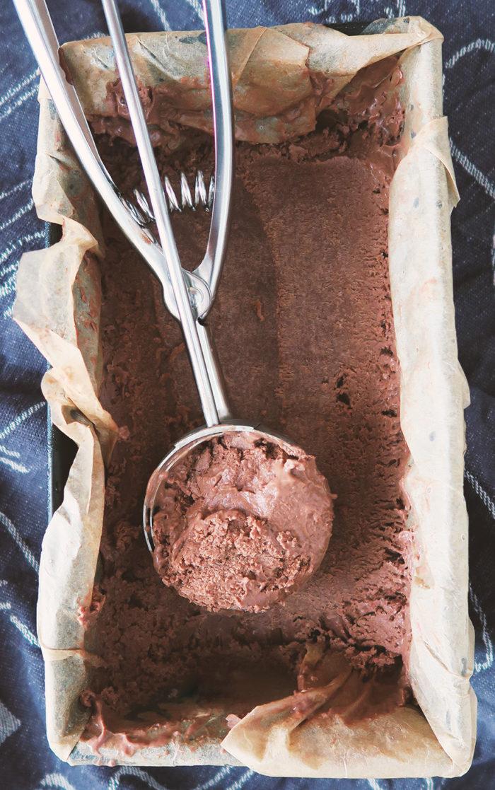 Veganes Schokoladeneis selber machen - Rezept ohne Eismaschine ohne Zucker