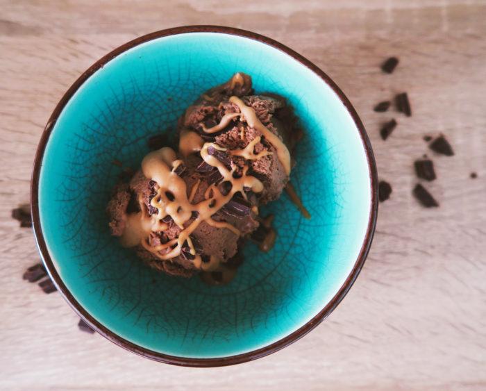 Cremiges und zuckerfreies Schokoladeneis aus 5 Zutaten - ohne Eismaschine #vegan #gesund #rezept #ernährung