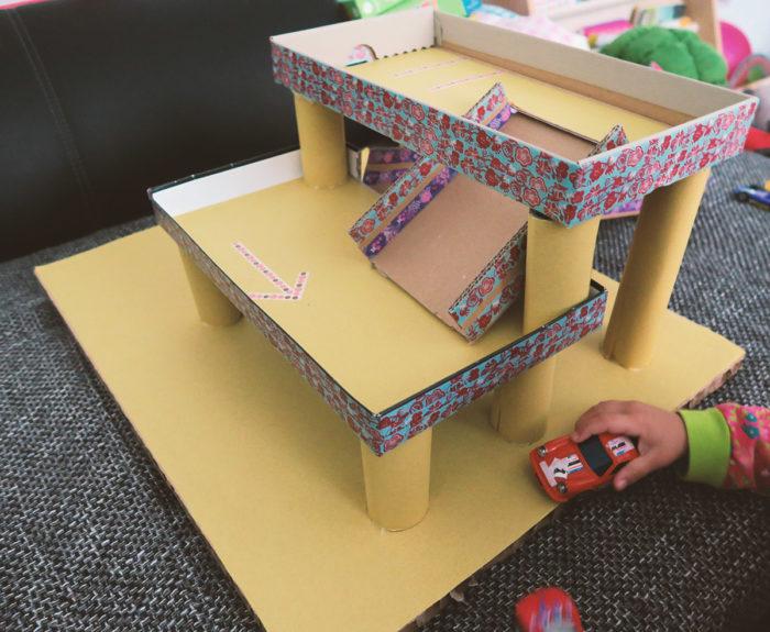 Nachhaltiges Spielzeug selbst machen - ein Parkhaus aus Pappe