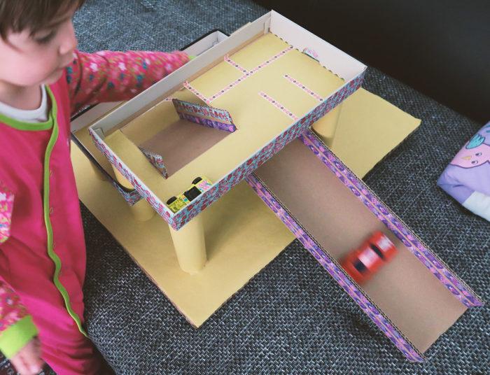 Spielzeug selbst basteln mit Kindern - ein Parkhaus aus Pappe