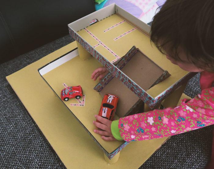 Spielzeug selbst bauen - ein Parkhaus aus Pappe