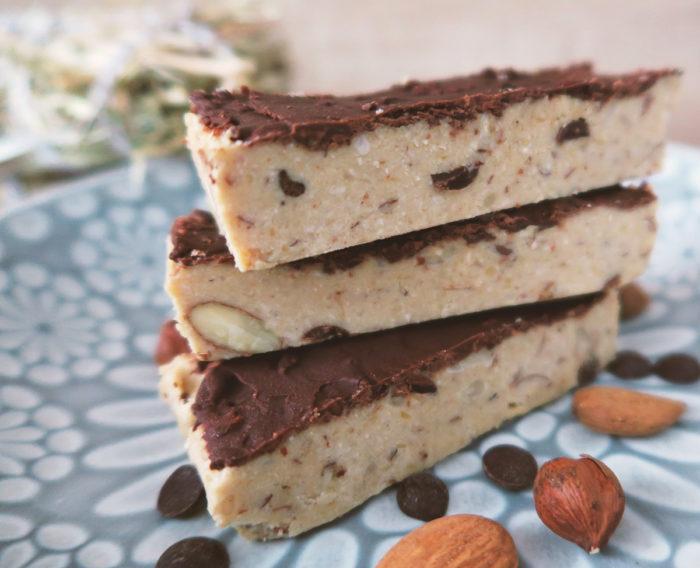 2 in 1: Eis- & Proteinriegel selber machen - gesund naschen. Rezept für gesundes und proteinreiches Eis (Protein Bar / Ice Cream Riegel), ohne Proteinpulver, ohne weißen Zucker (zuckerfrei), kalorienarm, ballaststoffreich, Low Carb geeignet und vegan. #laktosefrei #glutenfrei #gesundheit #snack # lowcarb #eiscreme #diy